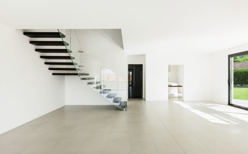 Wohnzimmer mit beigen Feinsteinzeugplatten